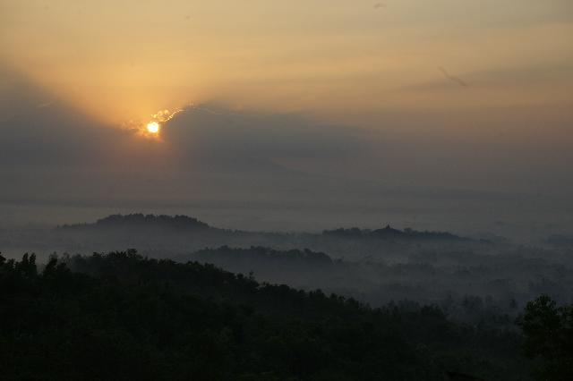 Foto Punthuk Setumbu atau Borobudur Nirwana Sunrise / Suparno / desawisata.web.id/desa/karangrejo