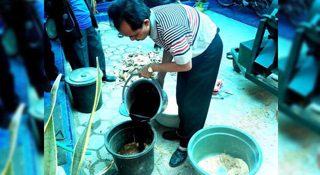 Arif Wibowo, warga Desa Kaliwungu, Jombang, Jatim, pembuat BBM alternatif berbahan baku limbah organik. Hasilnya berupa biopremium dan biosolar yang tidak kalah dengan hasil buatan Pertamina. Foto: Muji Lestari