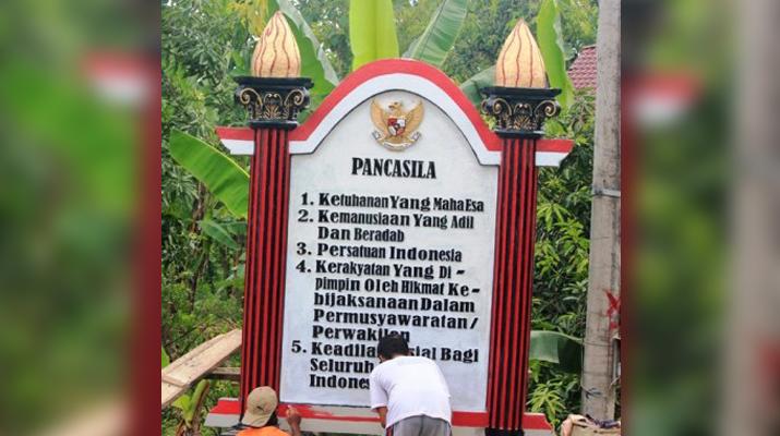 Kerja bakti membangun Tugu Pancasila di salah satu desa yang ada di Kabupaten Ponorogo, Jatim
