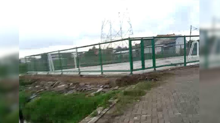 Sungai dan tempat penampungan sampah telah menjadi lapangan futsal / Foto : Su'ud Khadafi