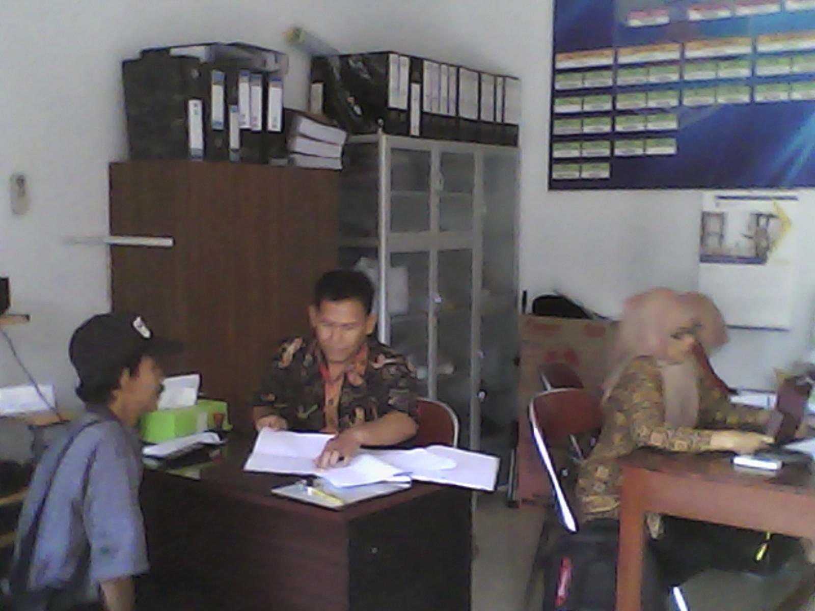 Suasana Pelayanan Publik di Kantor Desa Makar Jaya.