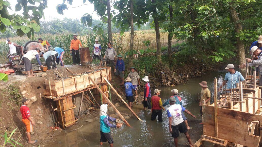 Semangat gotong royong warga Desa Bancar dalam membangun desa masih terus dijaga. (Foto : Muh Nurcholis)