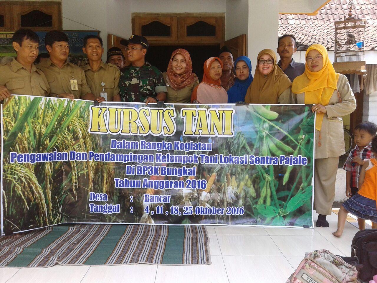 Para petani dan PPL serta Babinsa mengikuti Kursus Tani di Kelompok Tani Bancaran, Desa Bancar, Bungkal, Ponorogo. (Foto : Muh Nurcholis)