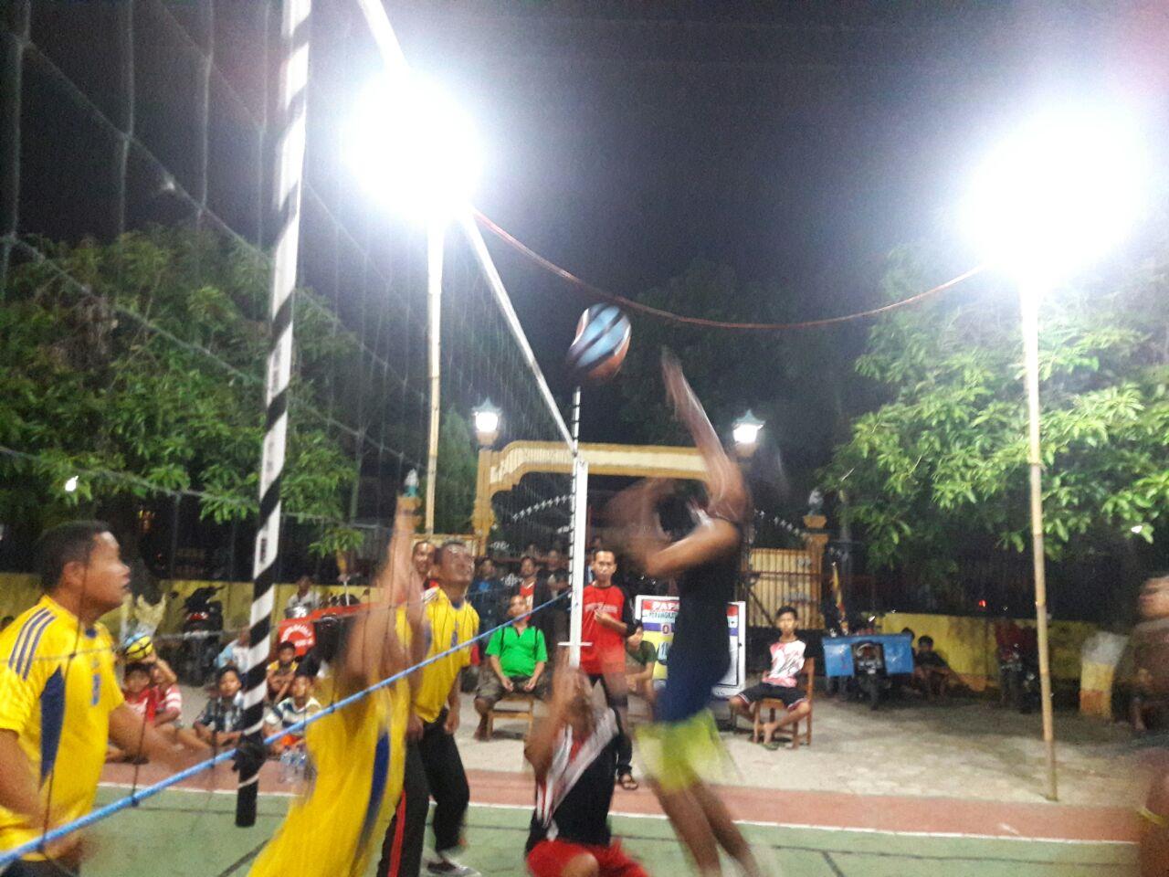 Salah satu pertandingan bola voli antar RT se Desa Bancar. (Foto : Muh Nurcholis)