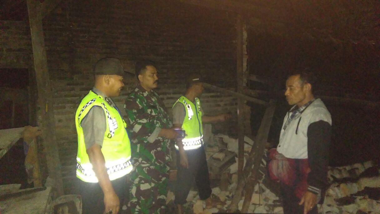 Jajaran Polri dan TNI mendatangi lokasi bencana alam di Desa Talun, Kecamatan Ngebel, Ponorogo. (Foto : Muh Nurcholis)
