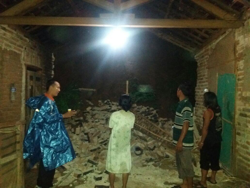 Rumah Boinem, warga Desa Senepo, Slahung, Ponorogo tersapu tanah longsor. (Foto : Muh Nurcholis)