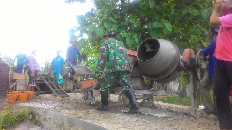 Anggota TNI dari Koramil Bungkal ikut kerja bakti bersama warga Desa Bancar. (FOTO : MUH NURCHOLIS)