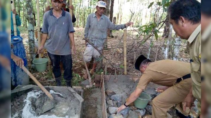 Peletakan Batu Pertama Kegiatan Pembanguan Dana Desa / Foto : Alan Gumay