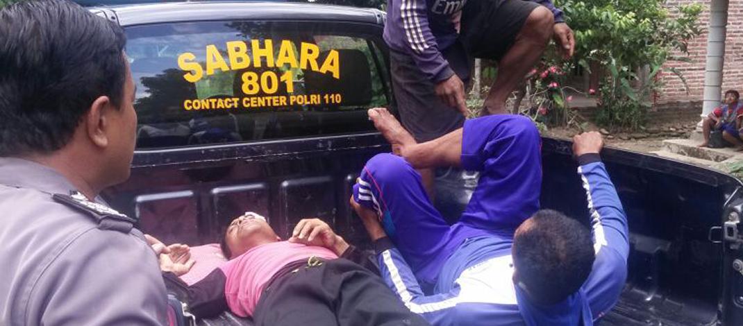 Korban dibawa ke rumah sakit oleh anggota Polsek Sambit, Ponorogo. (Foto : Muh Nurcholis)