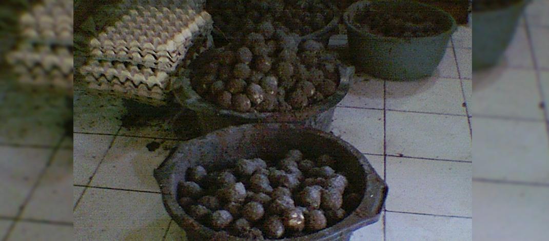 Telur asin dalam proses pemeraman di pengrajin Desa Randusari (foto : Darojat)