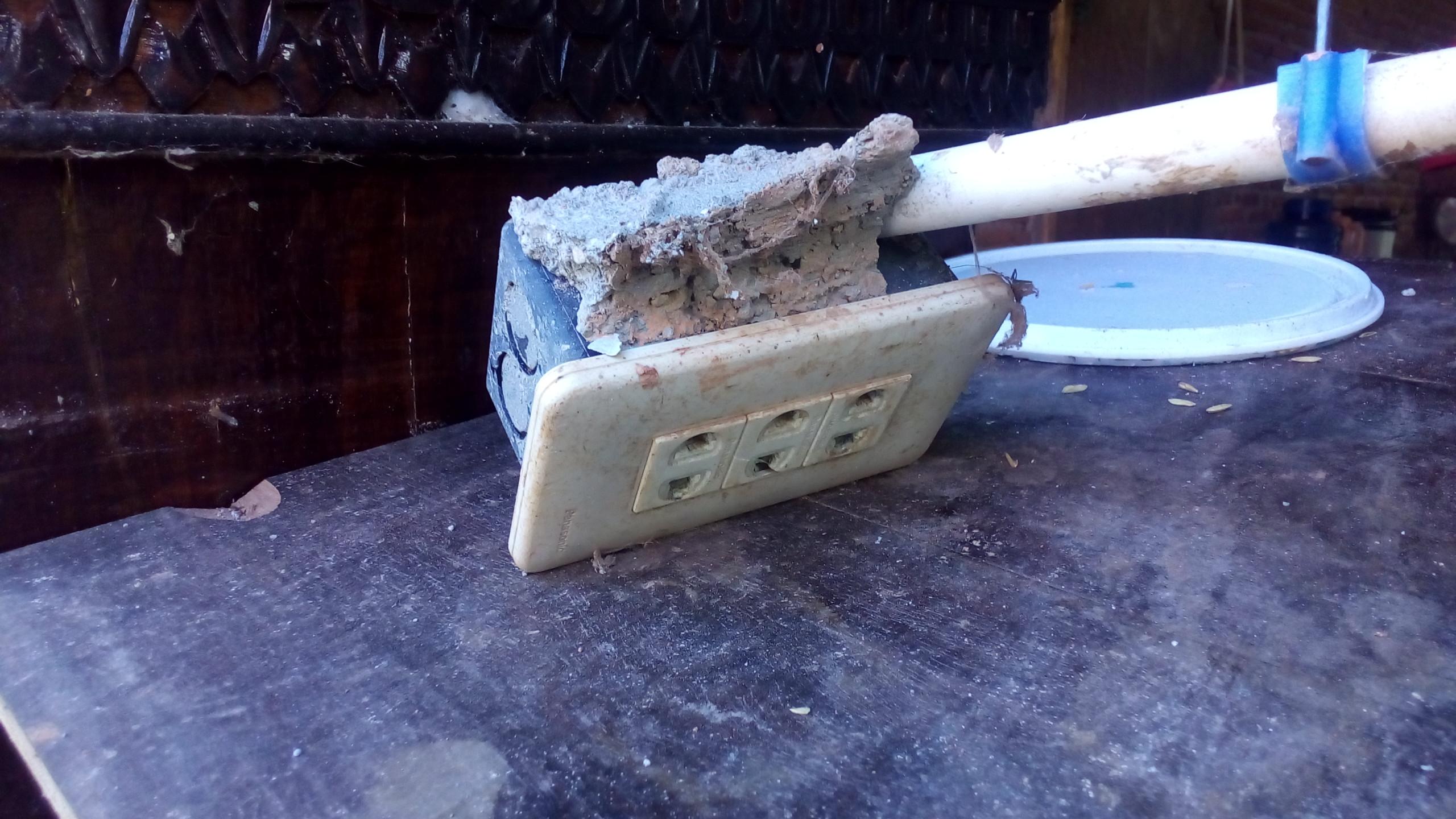 Kondisi stip kontak listrik pada rumah warga yang didiningnya roboh di Gampong/Desa Cot Baroh