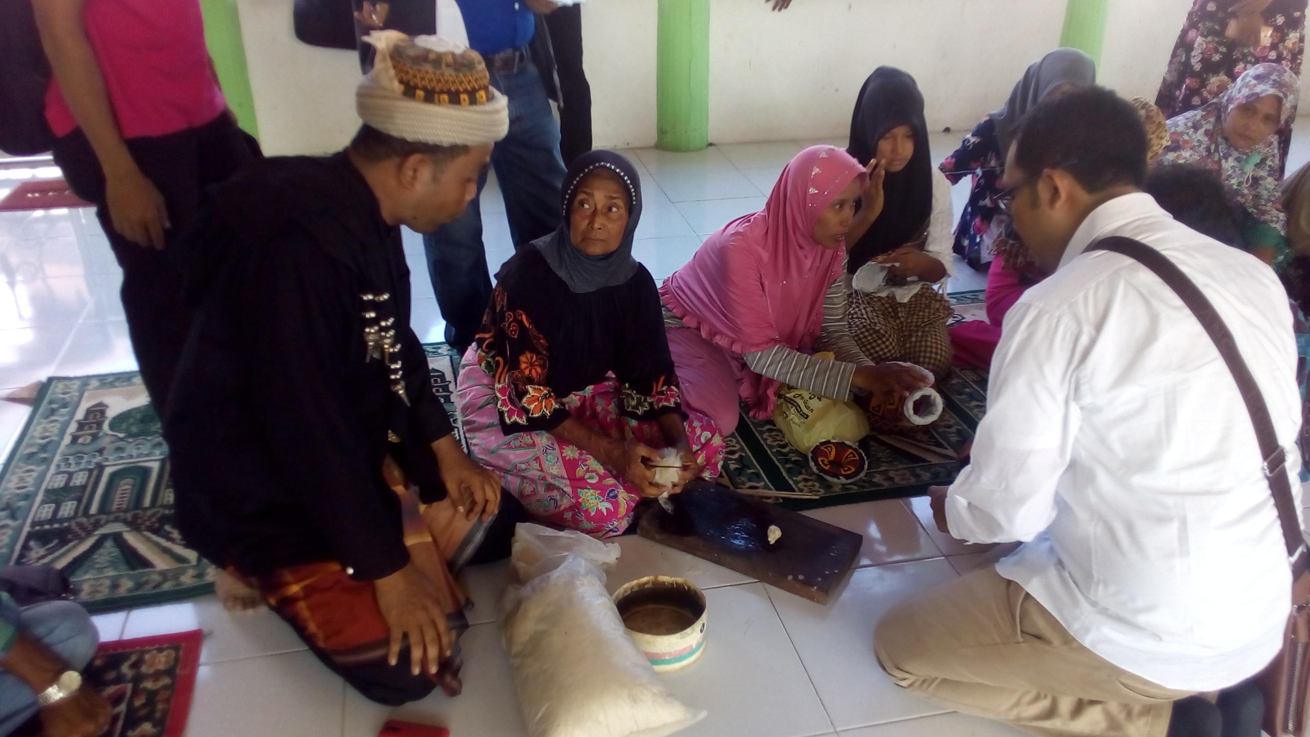 Proses produksi kupiah Meukeutop mulai dari membentu kapas, semua dilakukan dengan cara konvesional (Gambar diambil di Gampong Garot Cut Kec. Indra Jaya Kab.Pidie)