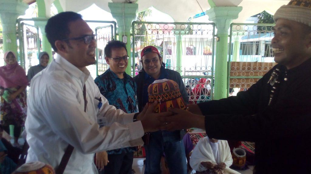 "Penyerahan cendra mata ""Kupiah Meukeutop"" secara simbolis Oleh Ridwan, S.Sos (Budayawan Kab.Pidie) yang akrap disapa dengan sebutan Po Gampong."