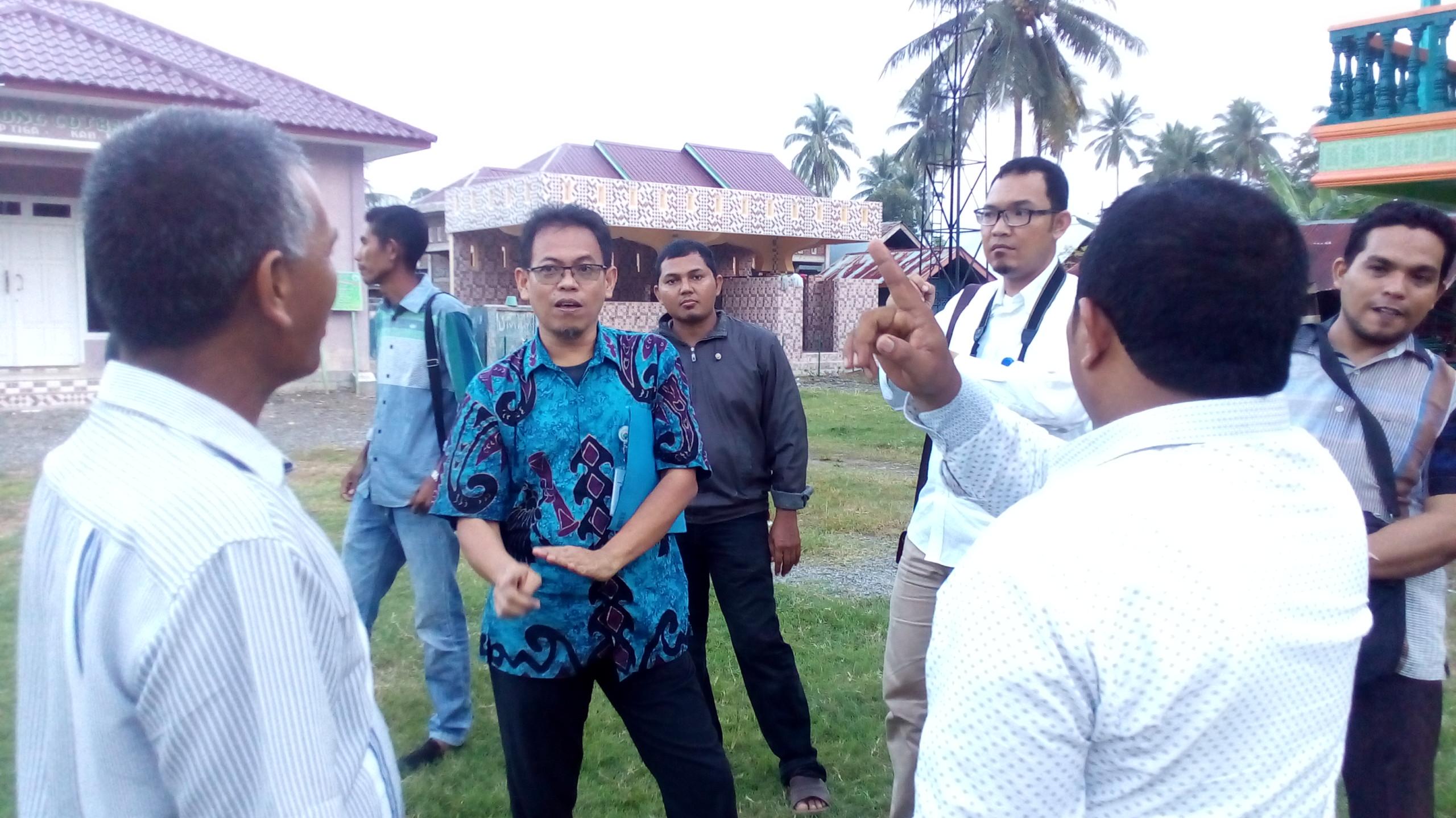 Bapak Sutardjo sedang berbincang-bincang dengan Keuchik Gampong Cot Baroh