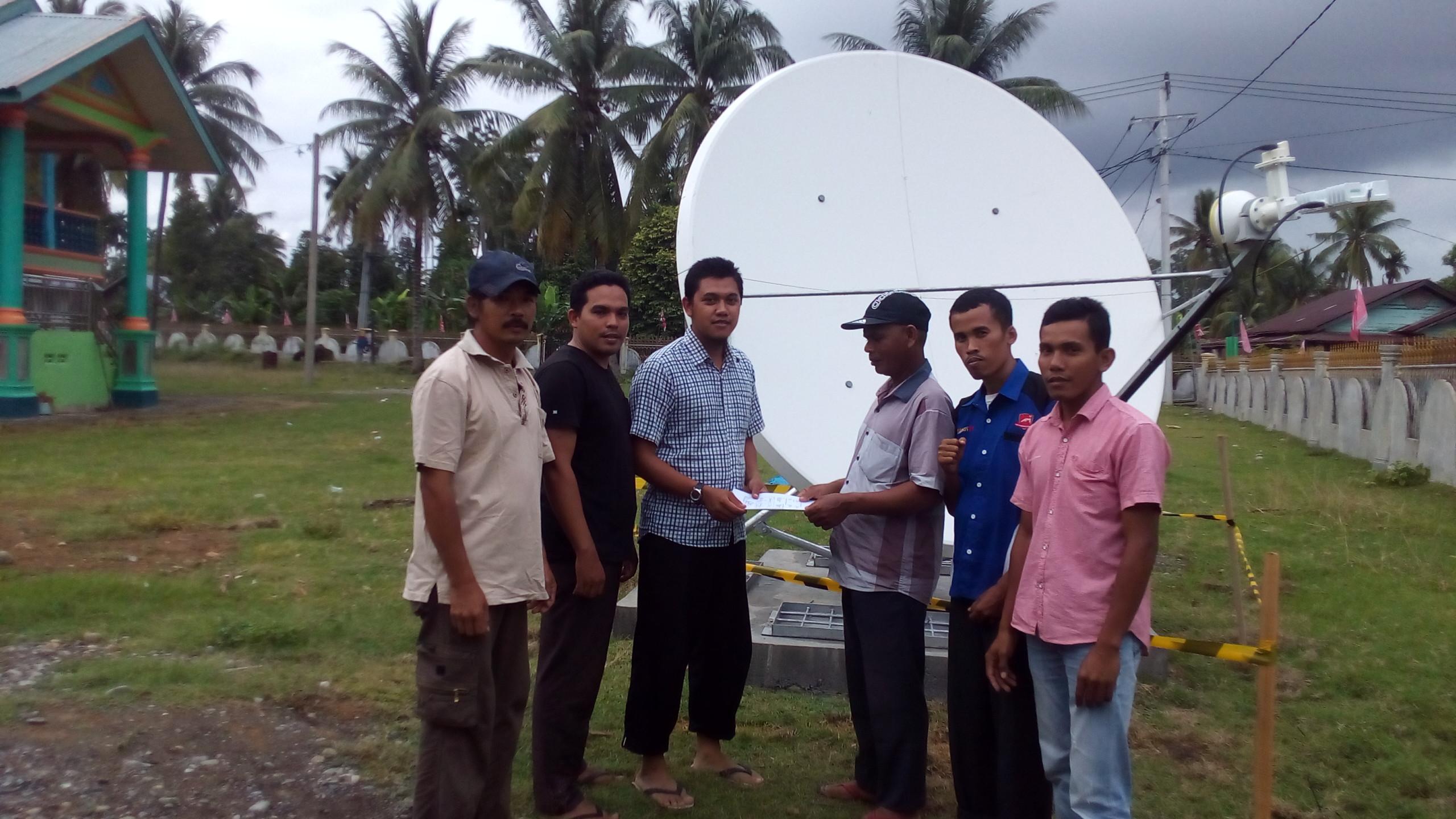 Prosesi serah terima Vsat dari konsultan pemasangan kepada gampong yang terima oleh Keuchik Gampong Cot Baroh