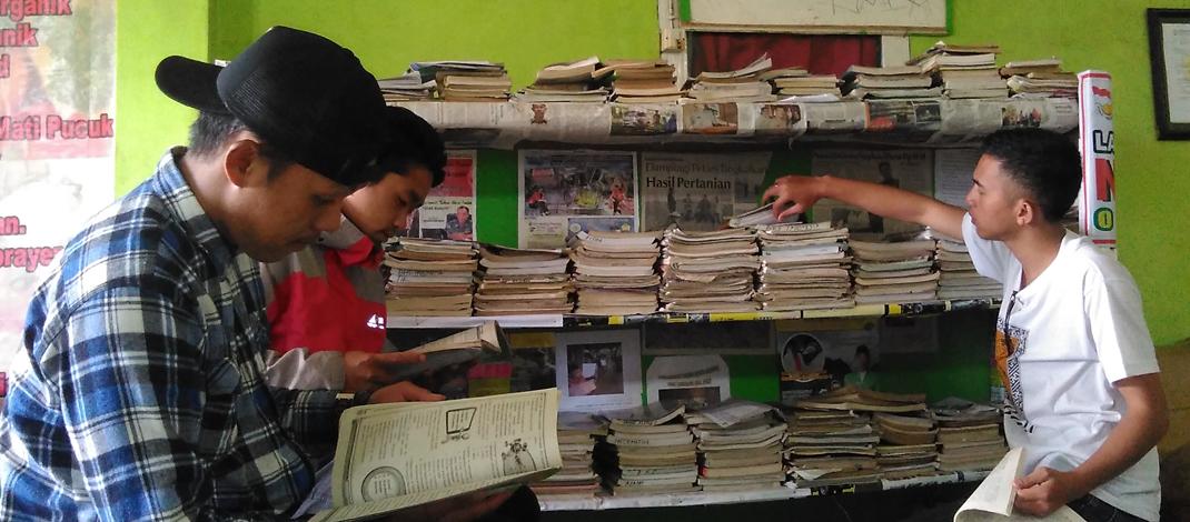 Pemuda Desa Baca Buku