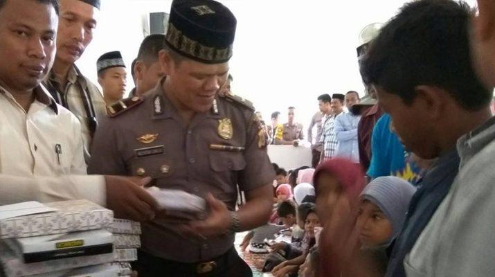 Kapolsek Kecamatan Glumpang Tiga Di Dampingin oleh Keuchik Gampong Jurong Pande menyerahkan santunan anak yatim (Foto Keuchik Jurong Pande)