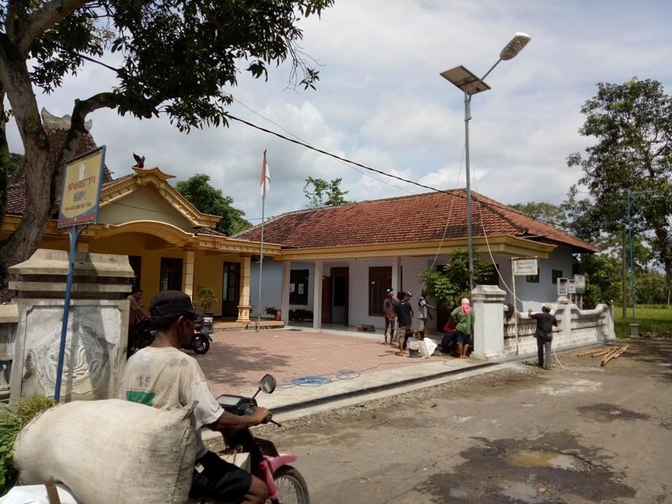 Pemasangan Lampu Tenaga Surya di Desa Ngumpul, Kecamatan Balong, Ponorogo. (FOTO : MUH NURCHOLIS)