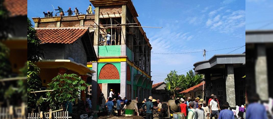 """Warga RW 03 Desa Randusari Bergotong-Royong Membangun Masjid """"Nurul Huda"""" (foto : Wamro)"""