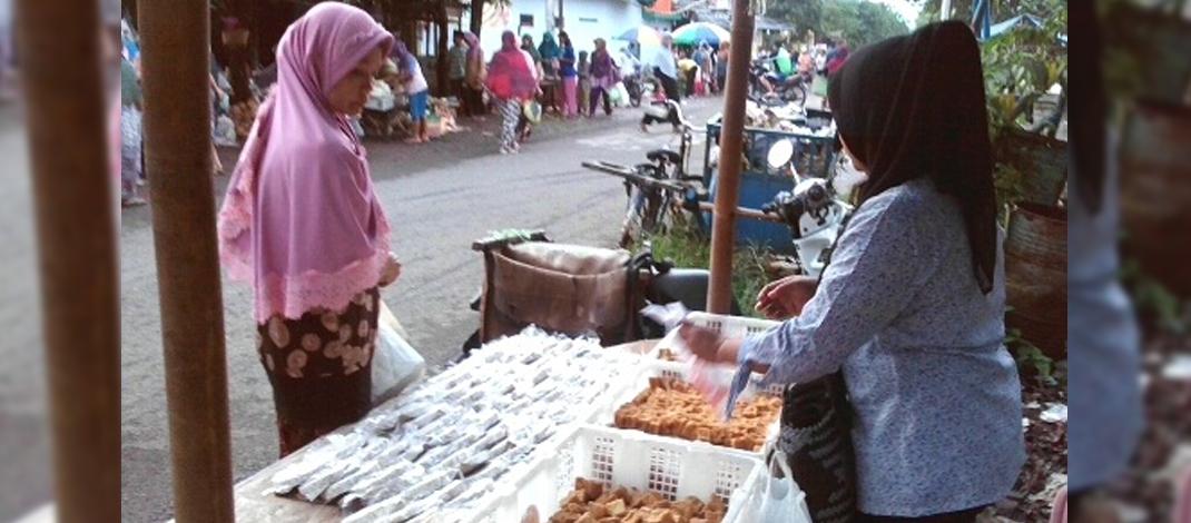 Sri Sulastri, menangkap peluang usaha di desa dengan menjual tempe-tahu di pasar kethembreng Randusari (foto : Darojat)