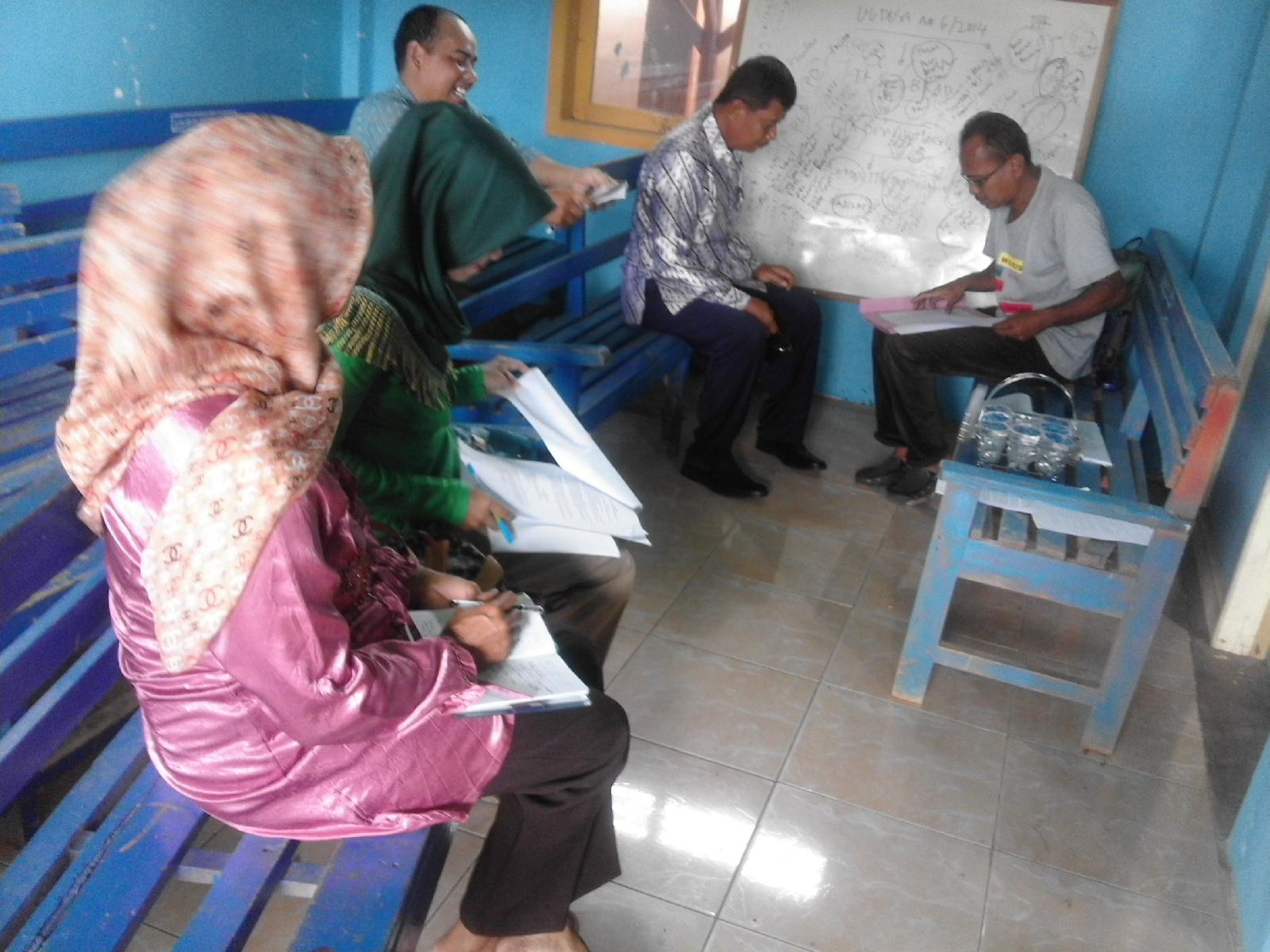 Sekretaris Desa, Koswara Nugraha memperlihatkan contoh ADART BUMDes kepada Pemateri, Pak Maman