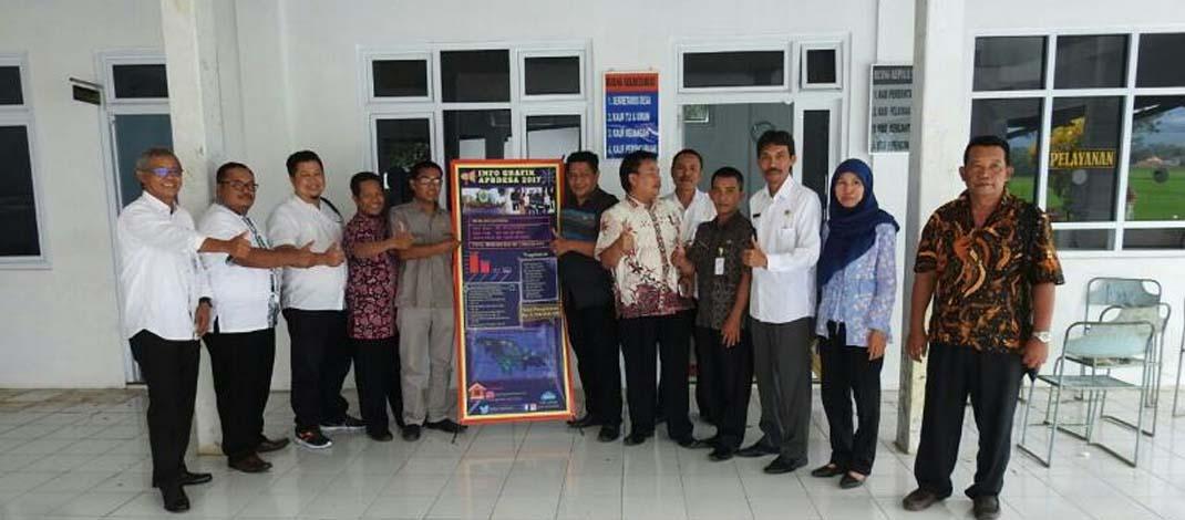 Komisi 1 DPRD dan Kepala Dinpermades Pemalang foto bersama