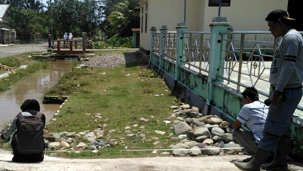 Pendamping Desa (Bismi Adelia) sedang mendampingi warga melakukan Survei pembangunan