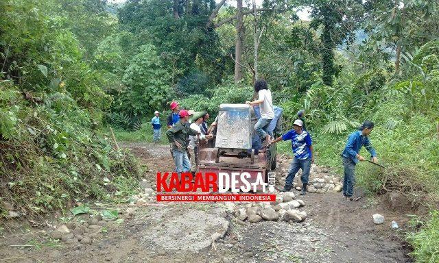 Gotong Royong Perbaiki Jalan Rusak